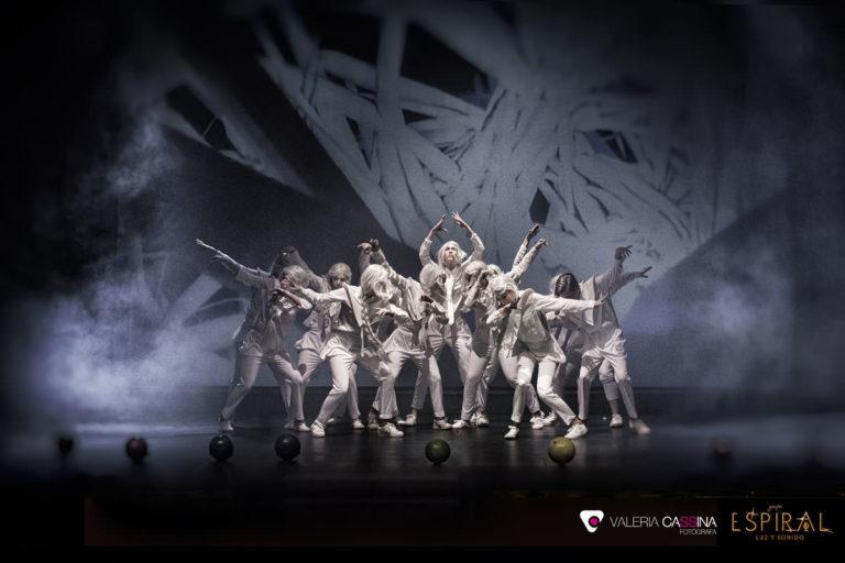 Precioso espectáculo ensayado en la Escuela de Baile, con vestidos blancos.