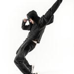 Silueta de un alumno de clases de baile urbano en el escenario en Talavera de la Reina.