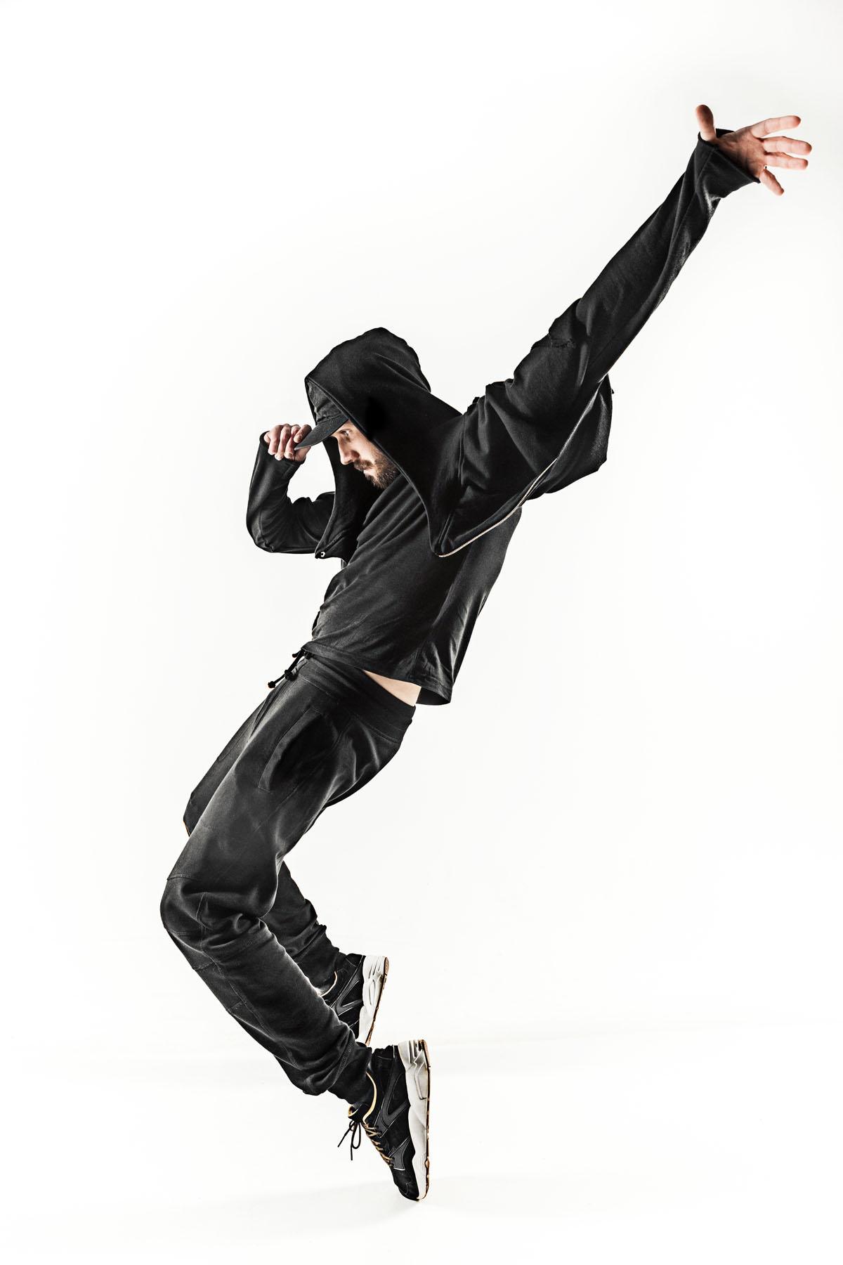 Silueta de un alumno de clases de baile urbano en el escenario.
