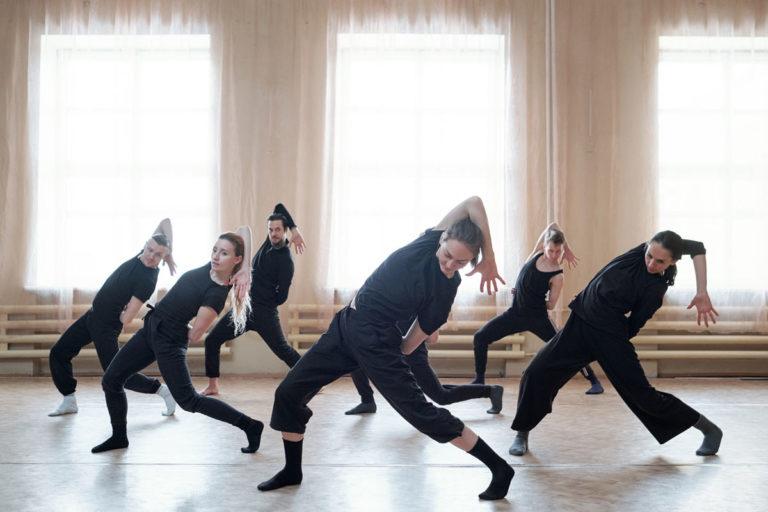 Jovenes en una coreografía en la Academia de baile Talavera.