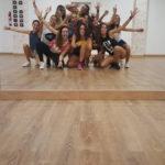 Grupo de bailarines practicando como bailar salsa en Toledo.
