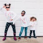 3 niños tomando clases de baile online. Apoyados sobre el atrezzo del escenario donde reciben sus clases online.